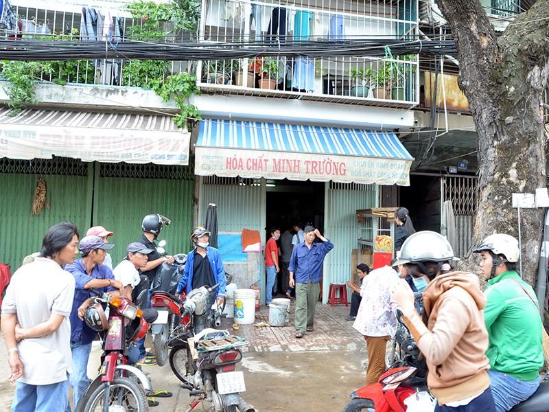 Hiện trường nơi chiếc can đựng axit rơi xuống đường phát nổ gần chợ Kim Biên