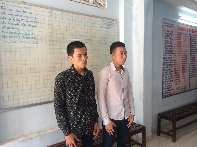Hai nghi can là Quách Minh Thắng (tự Thắng 2, từng có hai tiền án) và Vi Thế Sơn (tự Bo (bên trái), có một tiền án) tại cơ quan điều tra.
