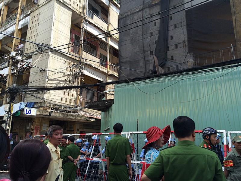 Sáng ngày 10-8, lực lượng chức năng bắt đầu khiển khai công tác tháo dỡ lô D chung cư Cô Giang