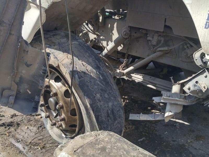 Bánh trước chiếc xe bị nổ, đầu xe cũng hư hỏng nặng