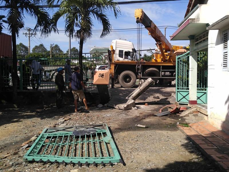 Chiếc xe tông sập cánh cổng của căn nhà mới dừng lại