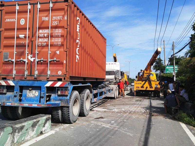 Chiếc xe container tông văng khoảng 20 mét dải phân cách rồi lao vào nhà dân ven đường