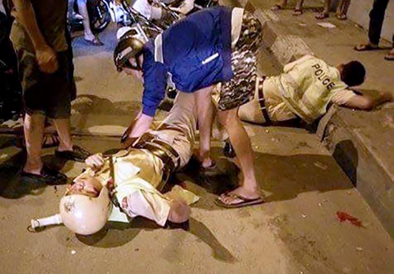 Hai CSGT bị tên cướp đạp ngã trên cầu Nhị Thiên Đường