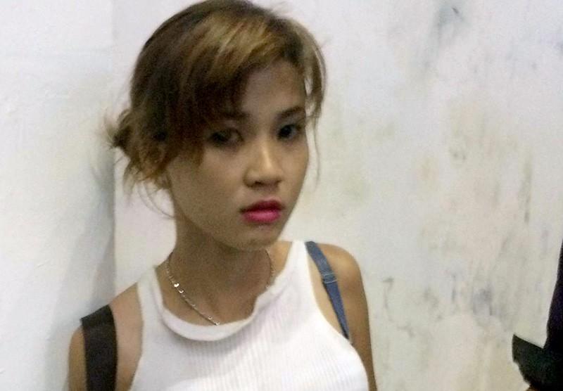Ly bị bắt giữ khi cùng một thanh niên cướp giật tài sản tại quận Bình Thạnh