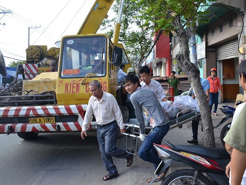 Xe container cuốn người vào gầm, húc sập nhà dân gần trung tâm TP - ảnh 3