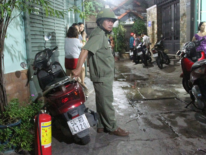 Đến 22 giờ đêm công tác khám nghiệm, bảo vệ hiện trường vẫn được triển khai