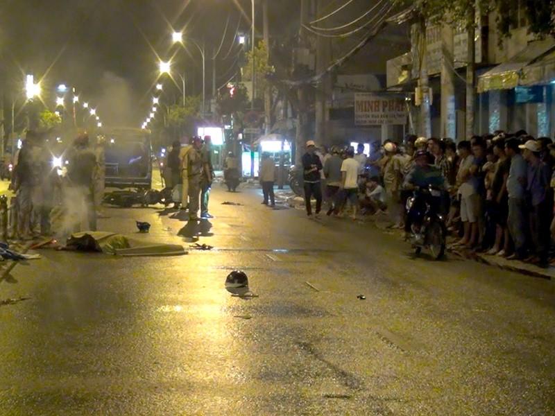 Vụ tai nạn thu hút khá đông người dân theo dõi.