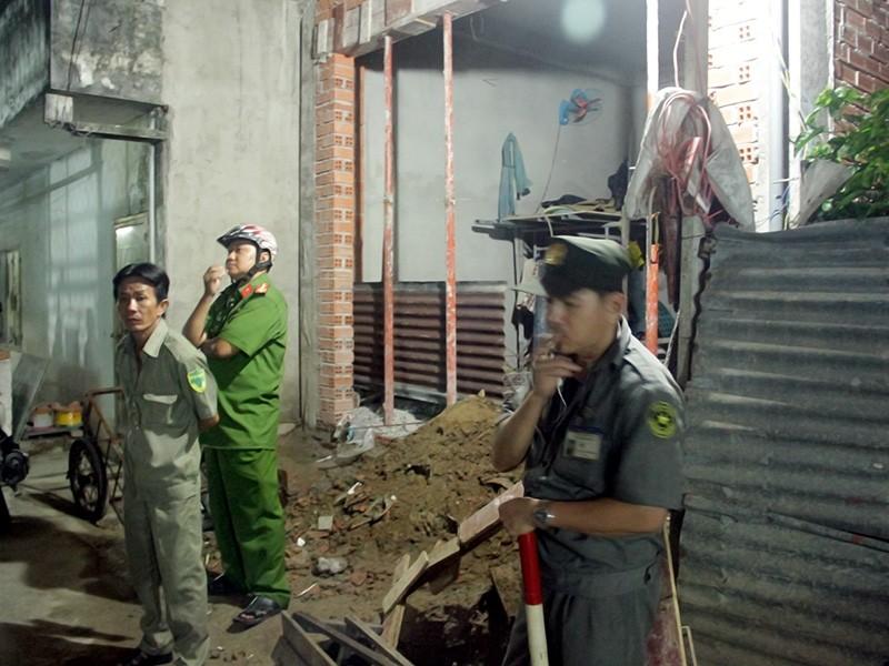 Lực lượng chức năng khám nghiệm hiện trường, điều tra nguyên nhân vụ việc.