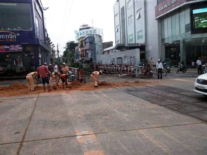 Chiếc xe tải đổ đất đá xuống đường Nguyễn Văn Trỗi lúc sáng sớm.