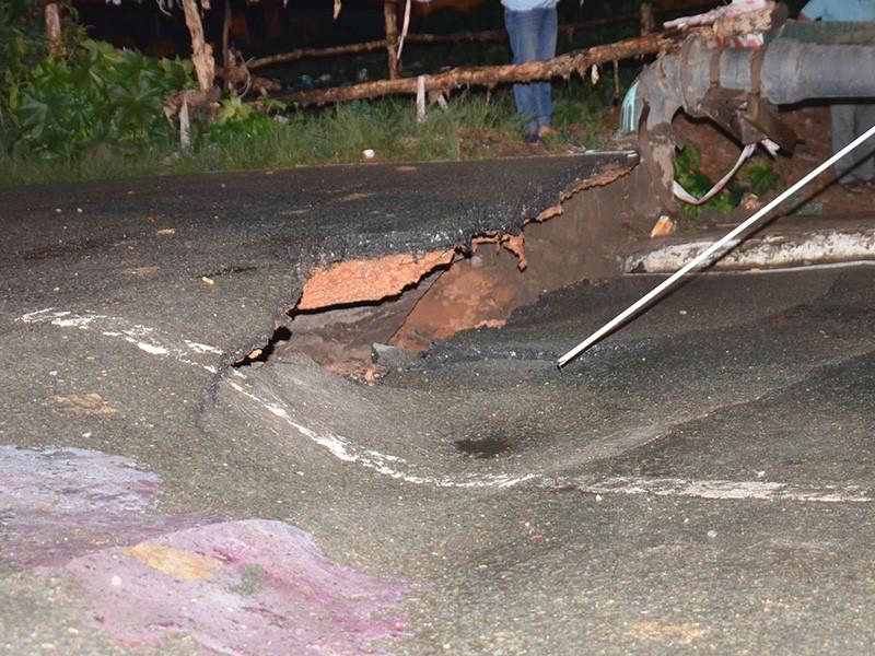 Mố cầu bị sụt tạo ra vết nứt khá lớn trên mặt cầu phần tiếp giáp với mặt đường.