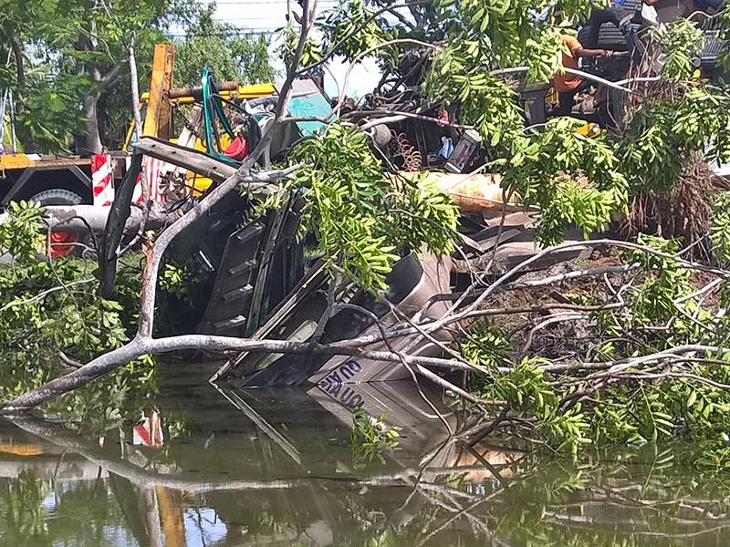 Tài xế và phụ xe may mắn thoát ra ngoài kịp thời trước khi cabin chìm hẳn xuống nước.