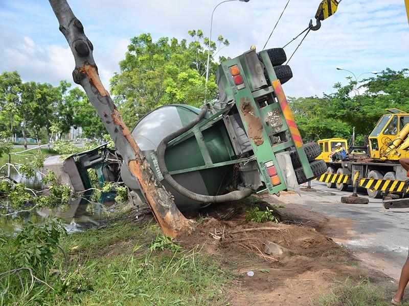 Chiếc xe bồn húc cây xanh rồi lao xuống mương nước trên đường Nguyễn Văn Linh.