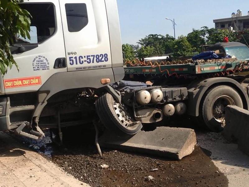 Xe container tông nhiều mét dải phân cách rồi lao vào làn đường dành cho xe máy.