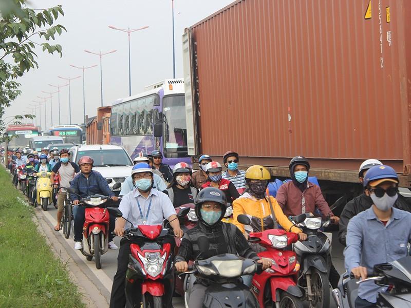 Vụ va chạm kép khiến giao thông trên xa lộ Hà Nội bị ùn ứ.