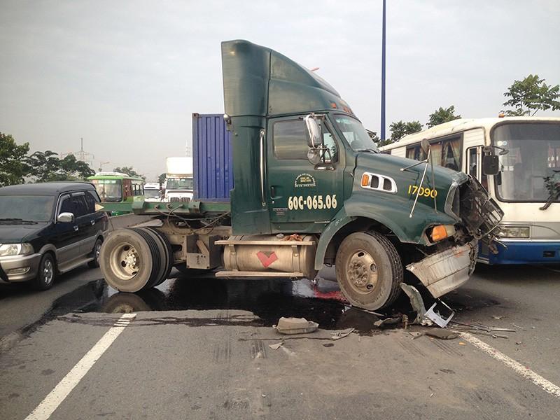 Chiếc xe container hư hỏng nặng sau cú va chạm với một xe container khác chạy cùng chiều.