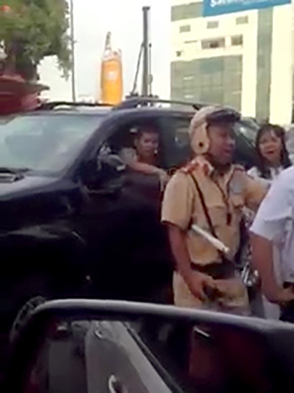 Lực lượng CSGT sau đó đã đến hiện trường giải quyết vụ việc.
