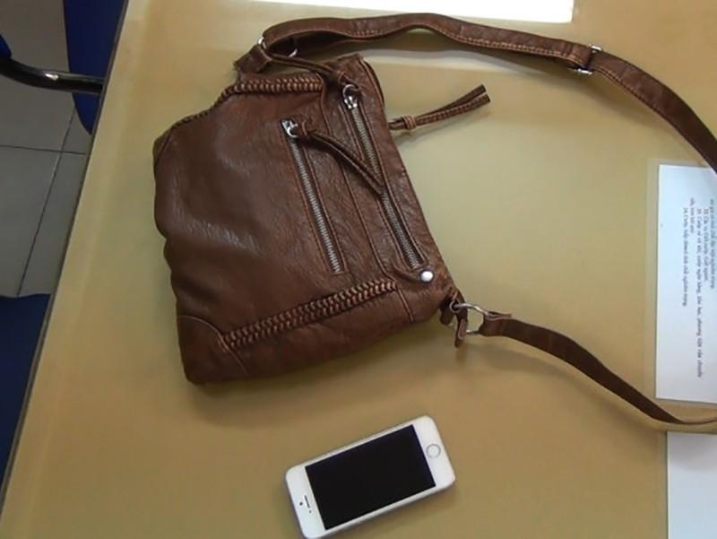 Chiếc túi của nữ du khách có chứa có một điện thoại iPhone 5S và 1 triệu đồng.