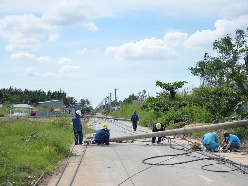Lực lượng chức năng tiến hành khắc phục sự cố xe kéo đổ cột điện.