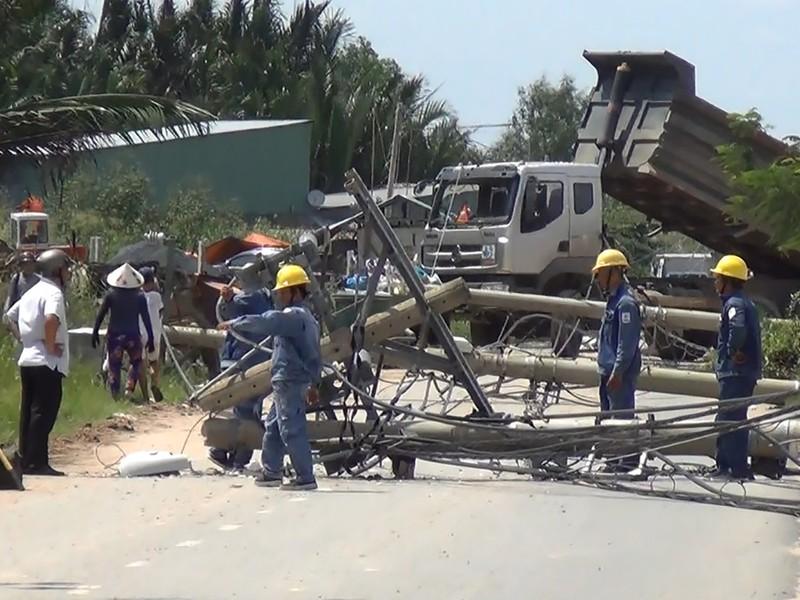 Chiếc xe tải hạng nặng kéo đổ nhiều cột điện tại huyện Bình Chánh ngày 25-9.
