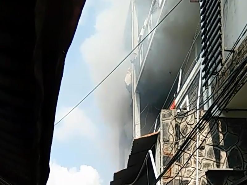 Đám cháy bùng phát từ căn nhà nằm trong hẻm nhỏ ở quận Bình Tân, TP.HCM.