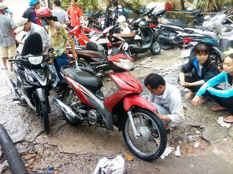 Cảnh sát PCCC giải cứu hàng ngàn xe máy bị ngập  - ảnh 10