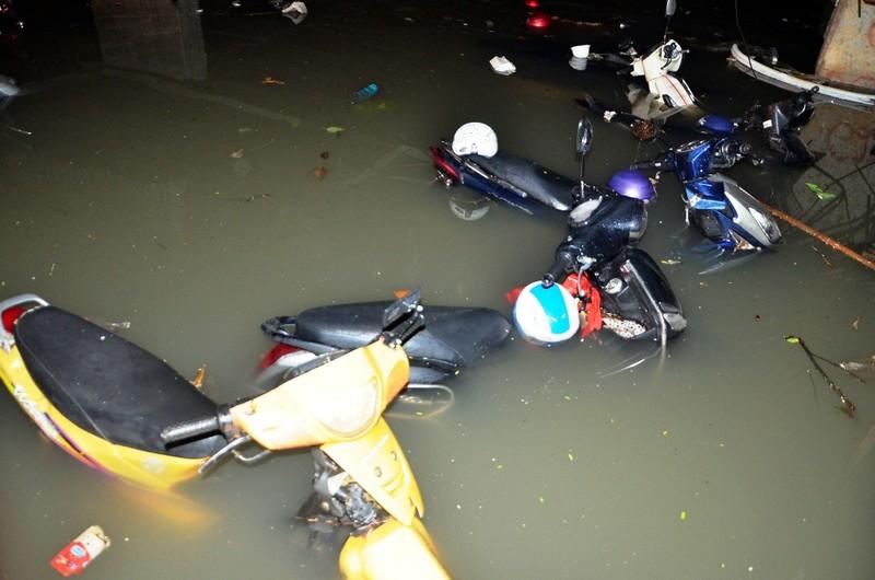 Cảnh sát PCCC giải cứu hàng ngàn xe máy bị ngập  - ảnh 2