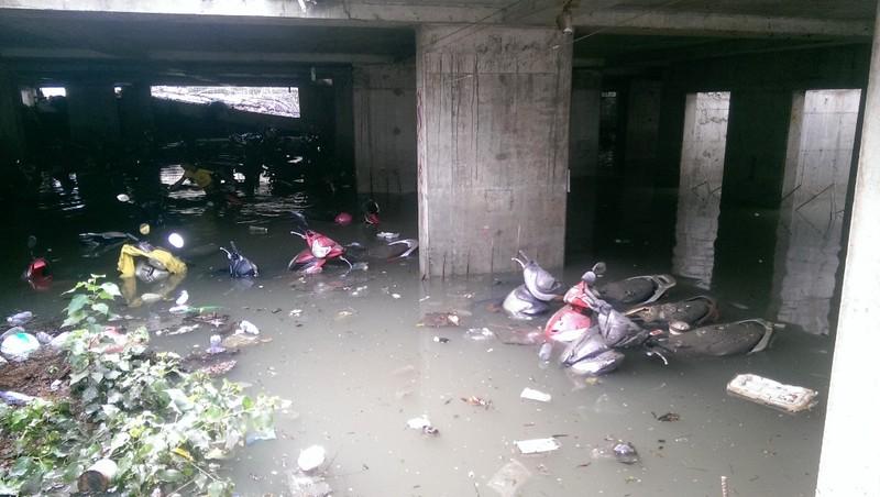 Cảnh sát PCCC giải cứu hàng ngàn xe máy bị ngập  - ảnh 3