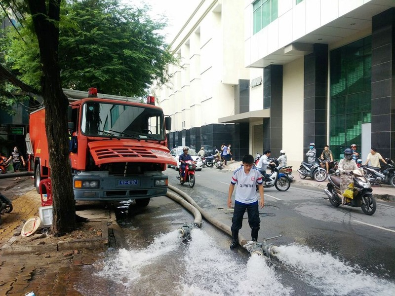 Cảnh sát PCCC giải cứu hàng ngàn xe máy bị ngập  - ảnh 7