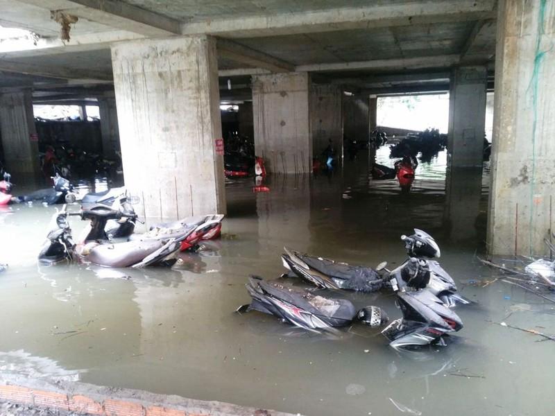 Cảnh sát PCCC giải cứu hàng ngàn xe máy bị ngập  - ảnh 8