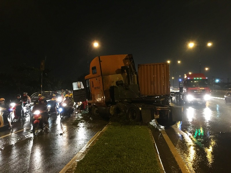 Xe container mất lái lao vào dải phân cách trong cơn mưa lớn chiều ngày 27-9.
