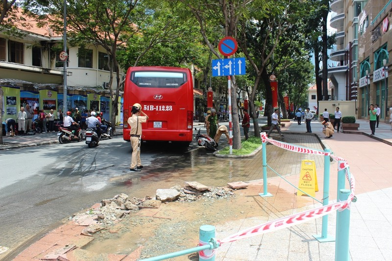 Chiếc xe khách sau khi va quệt với xe máy thì tông vào trụ nước ở trung tâm TP.HCM.