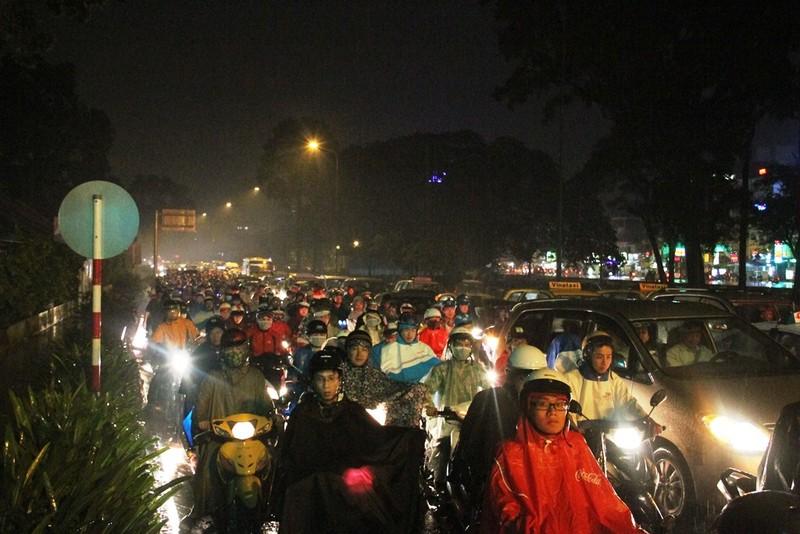 Ngàn phương tiện mắc kẹt dưới mưa khu vực Tân Sơn Nhất - ảnh 10