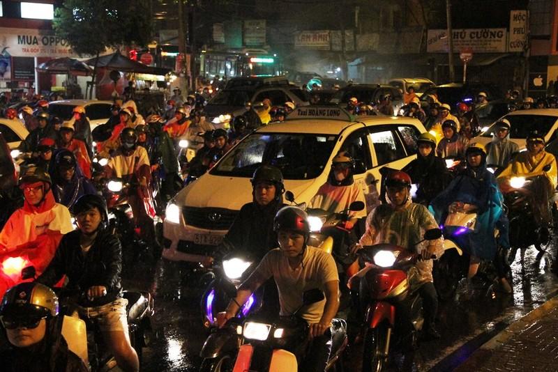 Ngàn phương tiện mắc kẹt dưới mưa khu vực Tân Sơn Nhất - ảnh 11