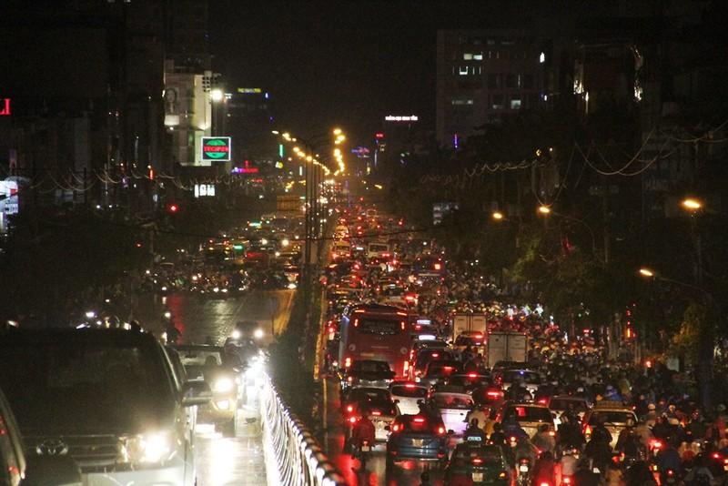 Ngàn phương tiện mắc kẹt dưới mưa khu vực Tân Sơn Nhất - ảnh 5