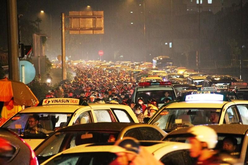 Ngàn phương tiện mắc kẹt dưới mưa khu vực Tân Sơn Nhất - ảnh 6