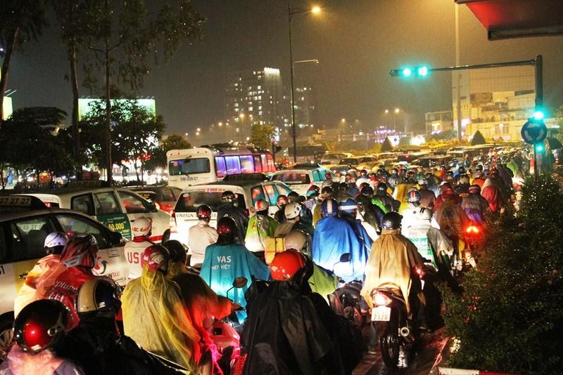 Ngàn phương tiện mắc kẹt dưới mưa khu vực Tân Sơn Nhất - ảnh 8