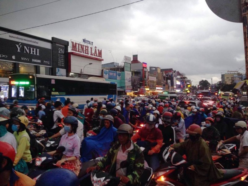 Ngàn phương tiện mắc kẹt dưới mưa khu vực Tân Sơn Nhất - ảnh 16