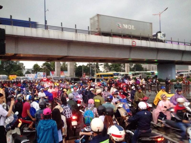 Ngàn phương tiện mắc kẹt dưới mưa khu vực Tân Sơn Nhất - ảnh 18
