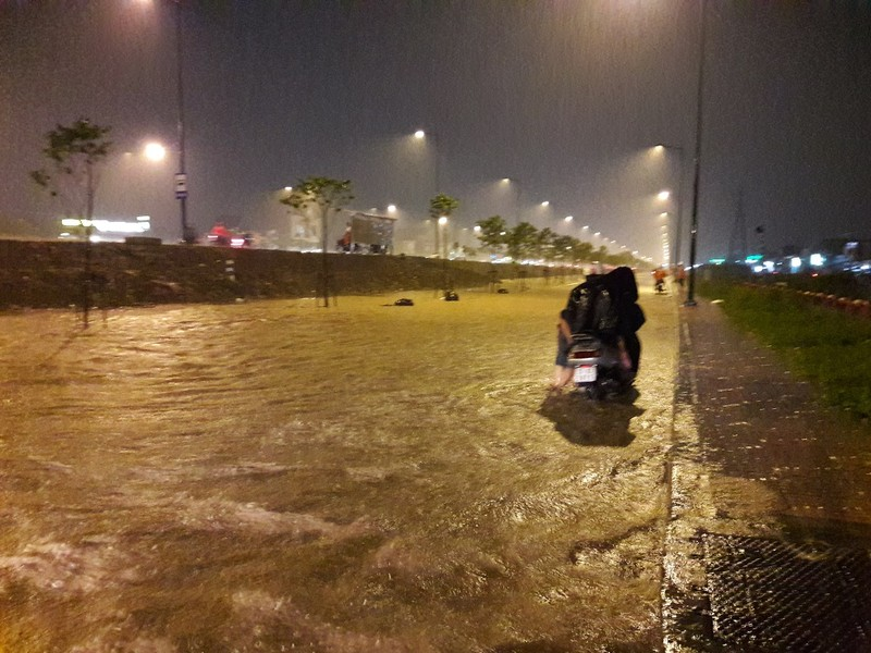 Đỉnh triều kết hợp mưa to, TP.HCM lại mênh mông nước  - ảnh 16
