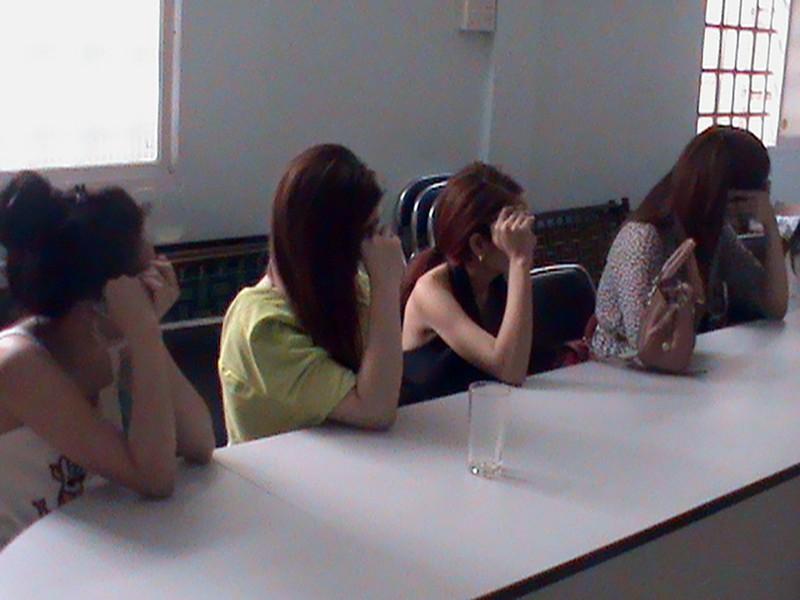 Các cô gái bị công an phát hiện bắt giữ về hành vi môi giới mại dâm. Ảnh Công an cung cấp.