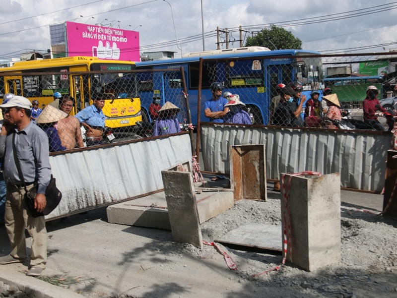 Người đàn ông đón xe buýt rơi xuống hố ga tử vong - ảnh 2