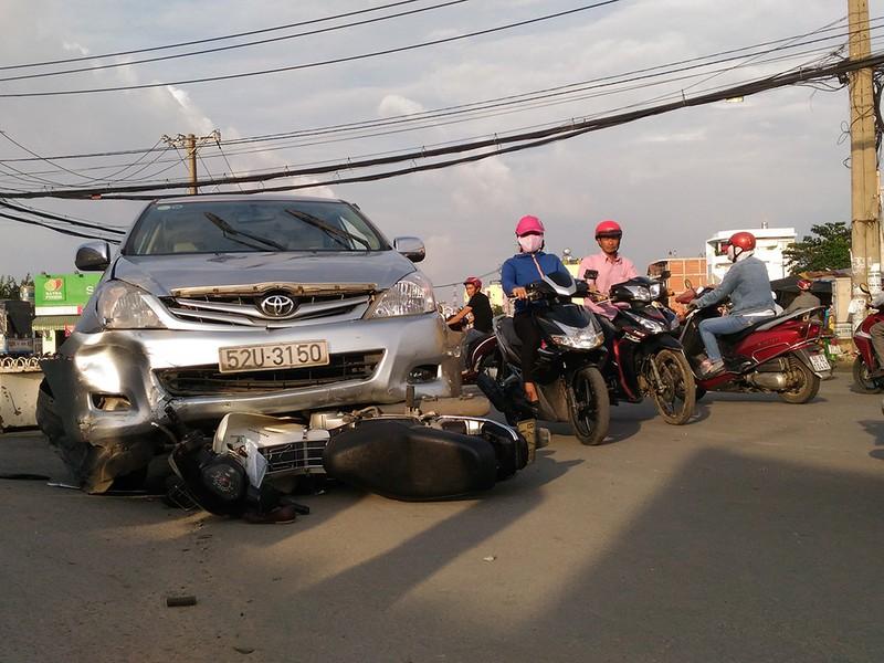 Xe Toyota Innova tông liên hoàn, 3 người bị thương - ảnh 1