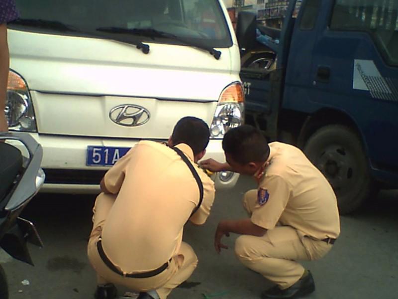 Xe cảnh sát va chạm xe máy, người đàn ông cấp cứu - ảnh 2