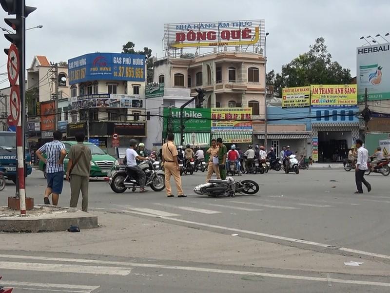 Xe cảnh sát va chạm xe máy, người đàn ông cấp cứu - ảnh 1