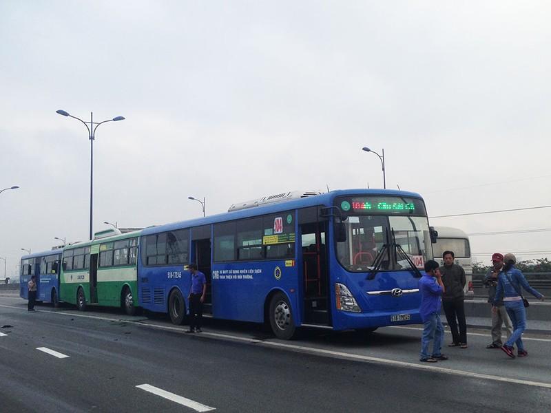 3 xe buýt tông liên hoàn khi vừa đổ dốc cầu Rạch Chiếc.