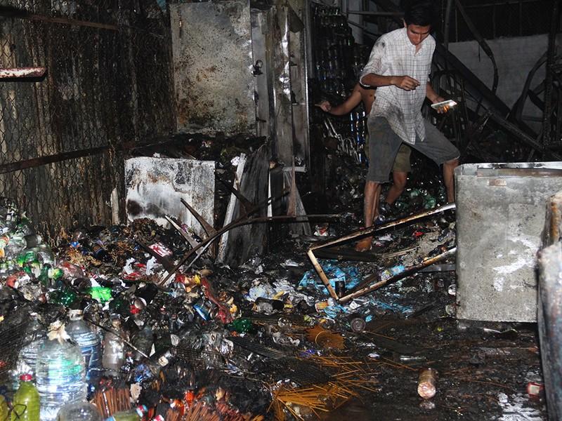 Hỏa hoạn thiêu rụi 4 ki-ốt trong đêm cuối năm  - ảnh 2