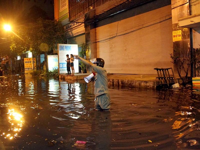 Hàng trăm hộ dân ở quận 12 bị ngập chìm trong nước - ảnh 5
