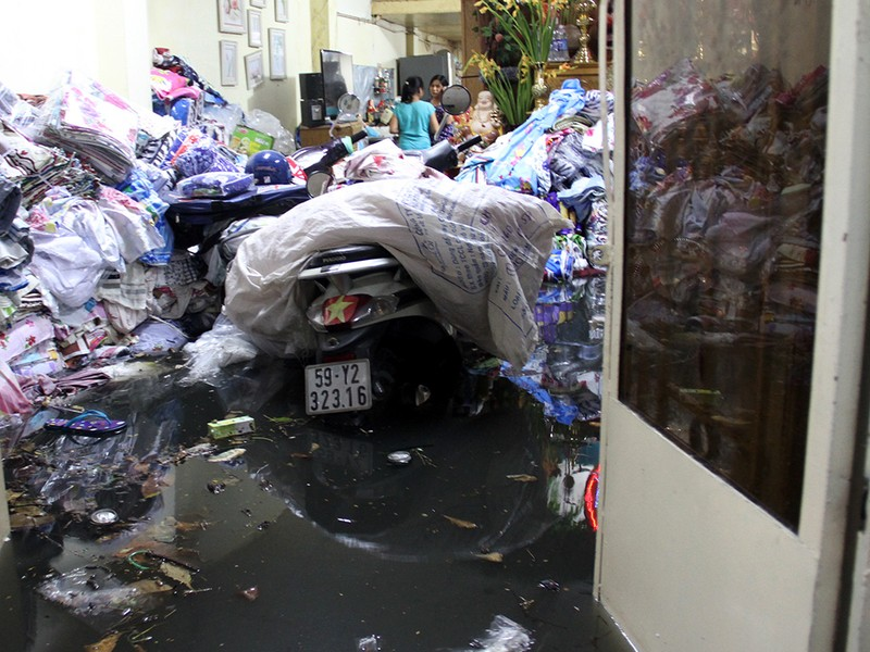 Hàng trăm hộ dân ở quận 12 bị ngập chìm trong nước - ảnh 7