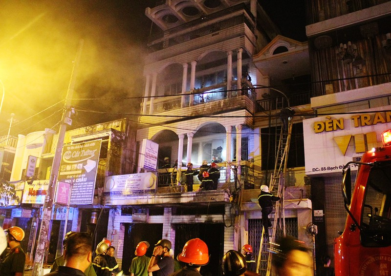Giải cứu 6 người trong đám cháy căn nhà 3 tầng - ảnh 1