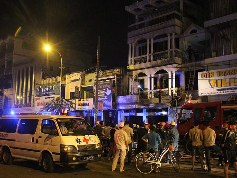 Giải cứu 6 người trong đám cháy căn nhà 3 tầng - ảnh 4